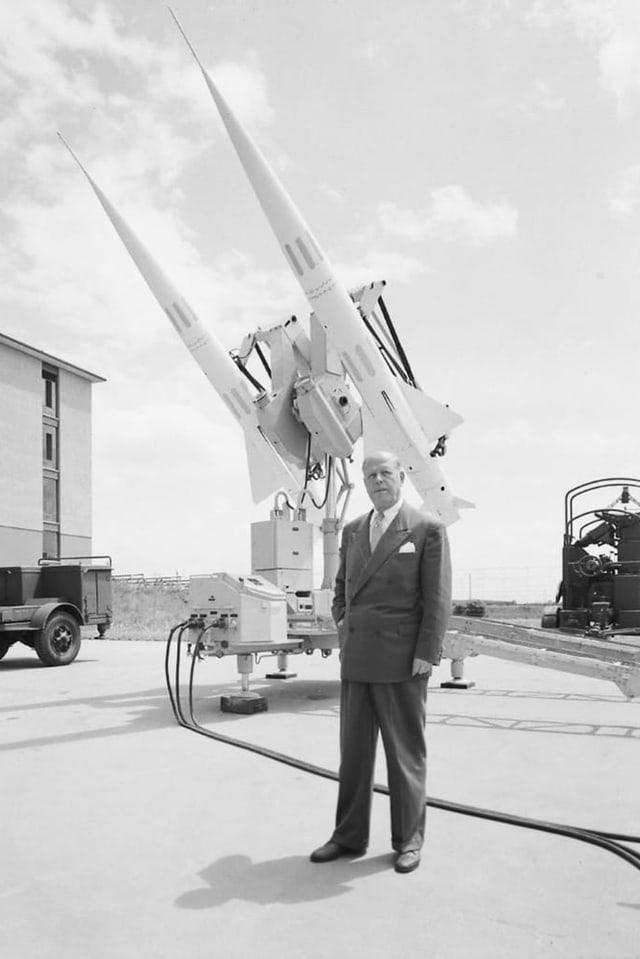Mann steht vor einer Kanone