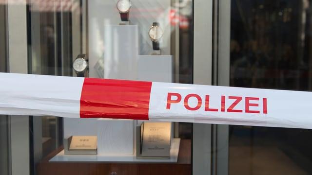 Ein Polizei-Absperrband vor einem Uhren-Geschäft.