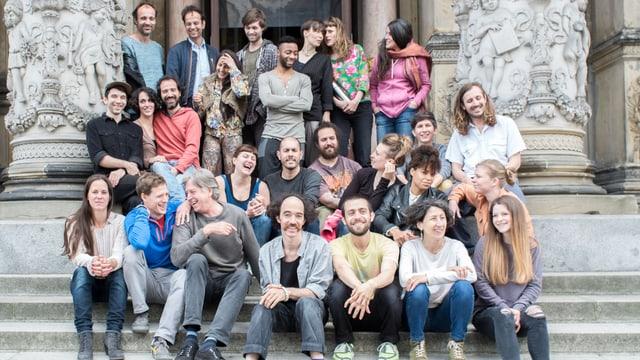 Sehgal mit einer Gruppe junger Menschen vor dem Berliner Gropiusbau