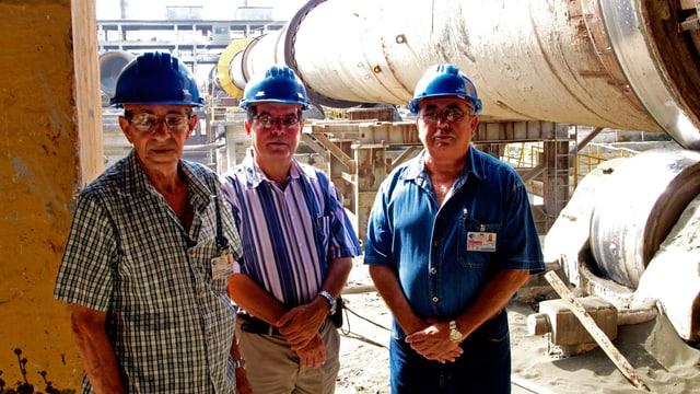 Fernando Martireno mit zwei Mitarbeitern im Zementwerk Siguaney.