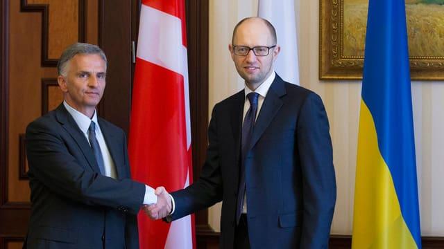 Didier Burkhalter mit dem ukrainischen Ministerpräsident Arseni Jazenjuk.