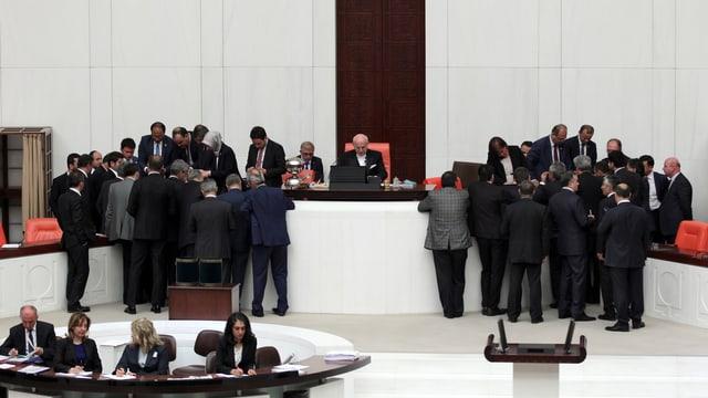 Zwei Gruppen von Männern, stehend im Parlamentssaal in Istanbul, zählen Stimmzettel.