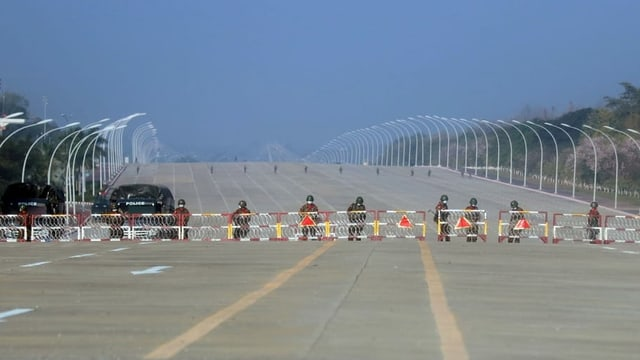 Soldaten blockieren die Strasse zum Parlament in Naypyidaw.