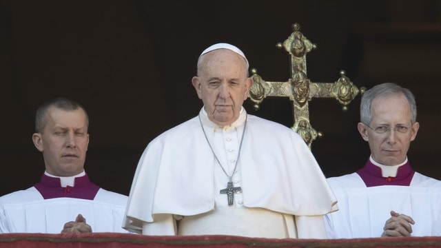 Papa Francestg sin il balcun da la catadrala.