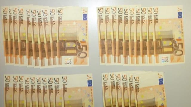 50-Euro-Scheine, die nebeneinander liegen. Es handelt sich dabei um das beschlagnahmte Falschgeld.