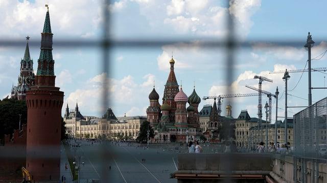Blick auf den Kreml durch einen Zaun