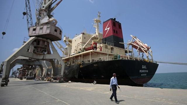 Hafenanlage mit Frachtschiff in Hodeida.