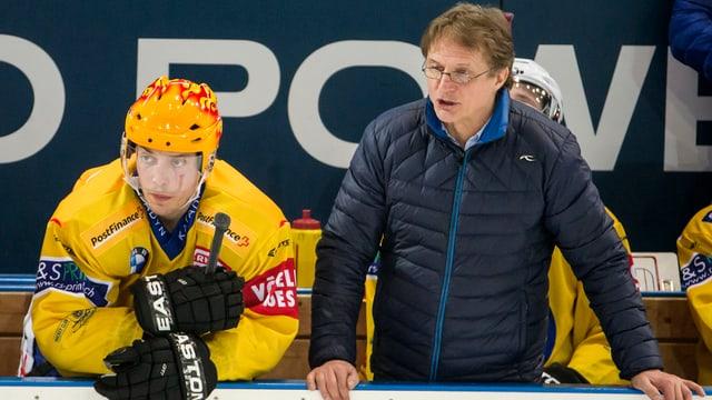 Il giugader da hockey sin glatsch Finlandais Perttu Lindgren e ses trenader tar il HCD Arno del Curto