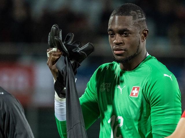 Yvon Mvogo zieht nach dem Spiel seine Handschuhe aus.