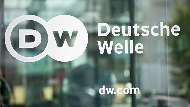 Ina porta da vaider cun si il logo da l'emettur Deutsche Welle.