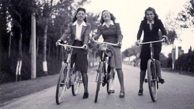 Drei Frauen auf Rädern, um 1930.