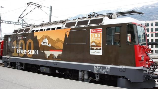 """La locomotvia da giubileum Ge 4/ II 620 """"Zernez"""" cun la designaziun """"100 onns Bever-Scuol"""""""