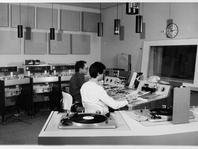 Blick in eine Regie mit Plattenspieler und Tonbandmschinen.