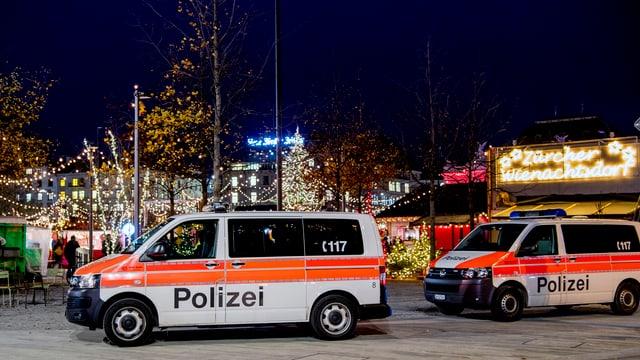 Autos da polizia a la fiera da Nadal a Turitg.