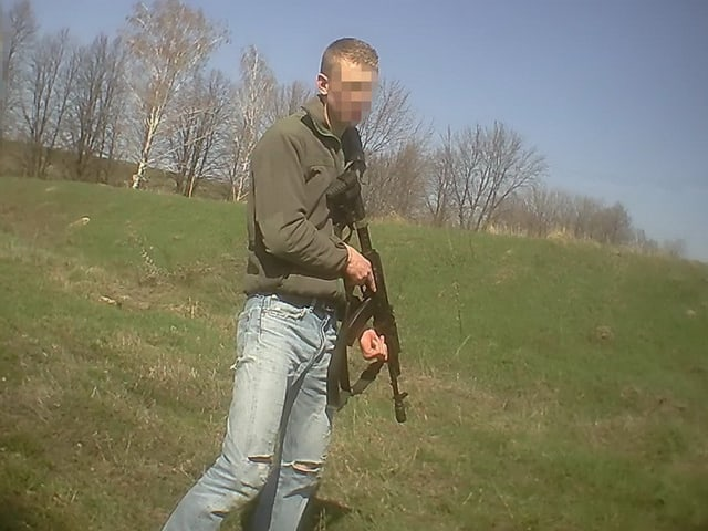 Mann mit Maschinengewehr