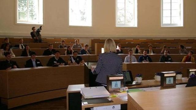 Leere Sitzreihen im Aargauer Grossratssaal, ein paar Jugendliche sind da