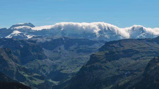 Über den Glarner Alpen lag am Samstag von Süden her eine imposante Föhnmauer.