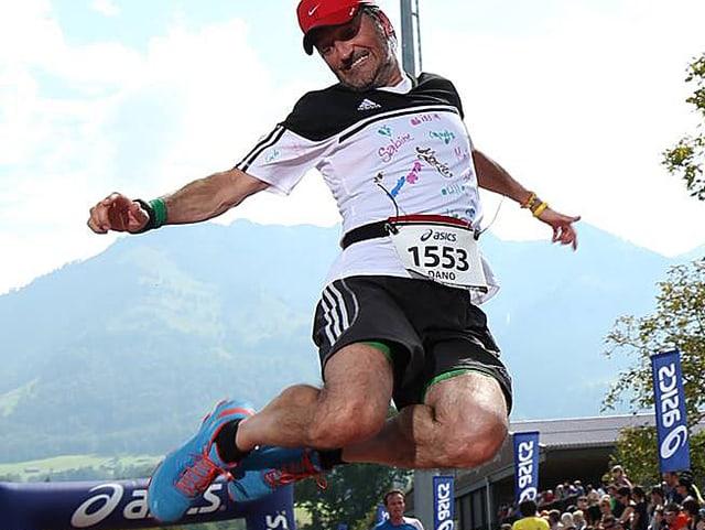 Dano Tamásy macht in Laufkleidung einen Luftsprung.