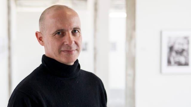 Portrait eines Mannes im schwarzen Rollkragenpullover