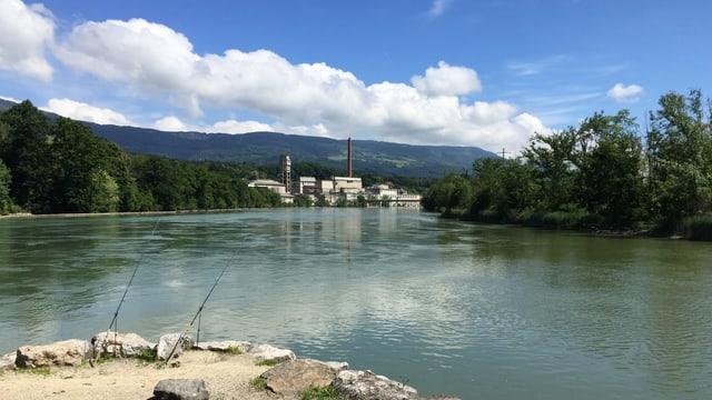 Fluss, am Ufer eine Fabrik