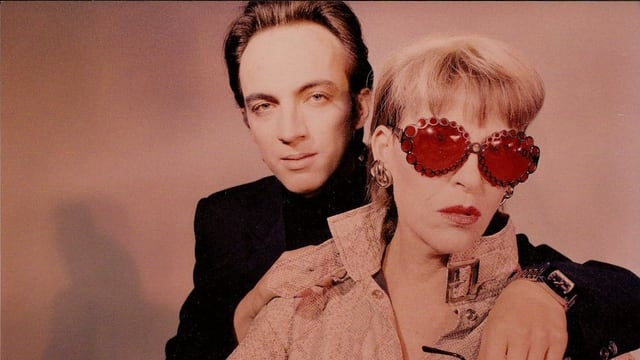 Ein Retrobild eines Mannes und einer Frau in pinker Brille