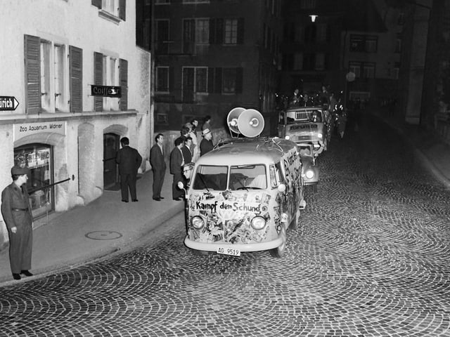 VW Bus mit Megafonen und der Aufschrift: «Kampf dem Schund».