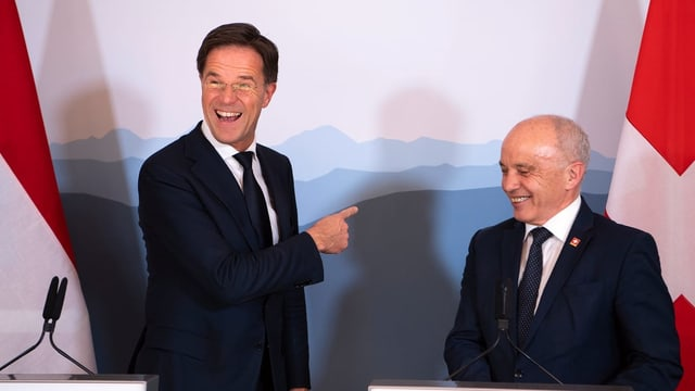 Der niederländische Premier Mark Rutte gratuliert Ueli Maurer zu den tiefschwarzen Zahlen im Bundesbudget.