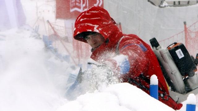 Ein Pistenarbeiter in Val d'Isère.