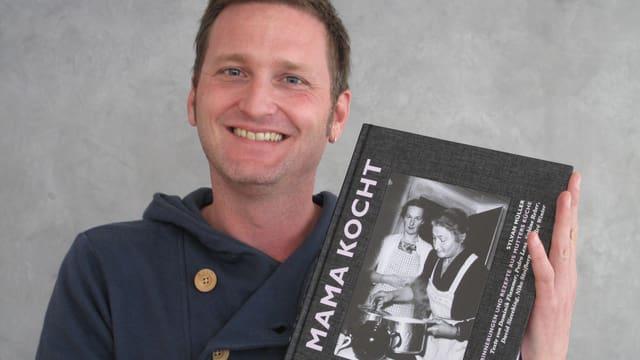 Silvan Müller mit seinem Buch «Mama kocht» in der Hand.