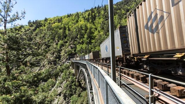 2,4% dapli rauba han las viafiers transportà l'emprim mez onn tras las Alps.