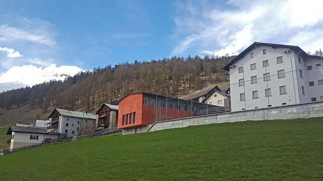 Il Center «Bainesser» sa chatta a dretga e la sala polivalenta da Tschlin (chasa cotschna).