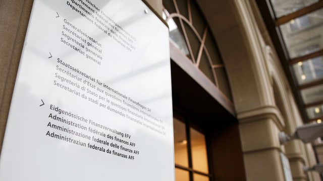 Entrada da la Administraziun federala da finanzas cun inscripziun en diversas linguas.