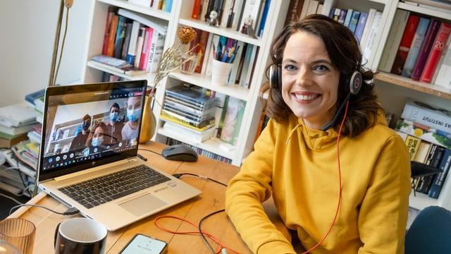 Von zu Hause aus beantwortet Mona Vetsch Fragen der Sekundarklasse 2Tb aus Pratteln.