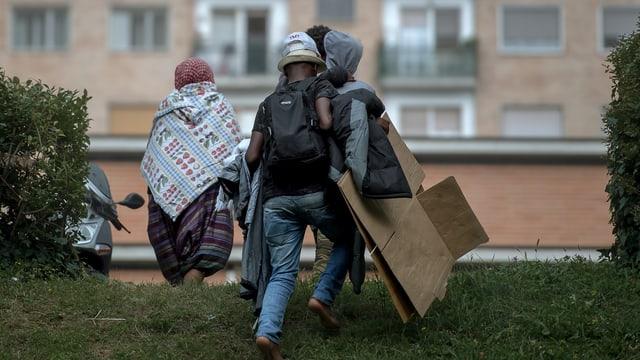 Flüchtlinge gehen über Wiese
