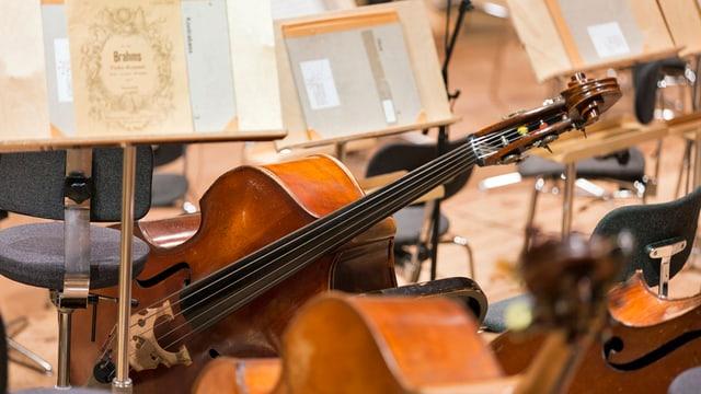 Liegende Celli auf der Orchesterbühne in einer Pause.
