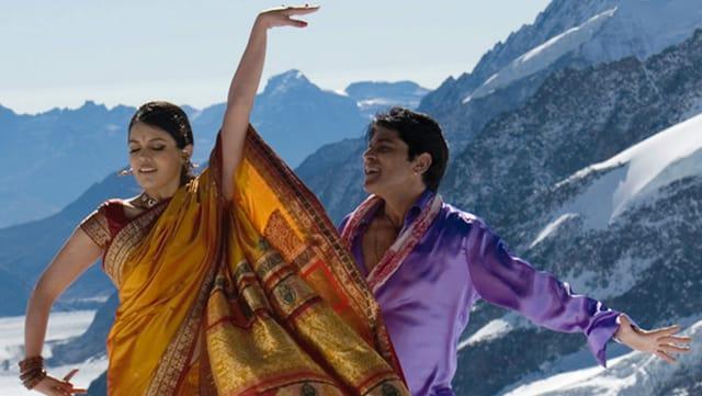 Indisches Paar tanzt in den Schweizer Bergen