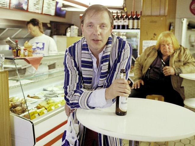 Der Komiker Olli Dittrich in seiner Hauptrolle als Arbeitsloser im Bademantel.