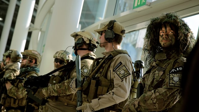 Kostüm-Soldaten stehen Spalier am Haupteingang.