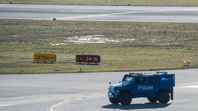 Ein Polizeifahrzeug auf der leeren Piste 16.