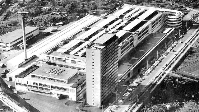 Alte Luftaufnahme einse Hochhauses.