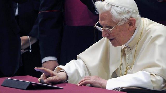 Papst Benedikt XVI setzt am 12. Dezember 2012 seinen ersten Tweet ab.