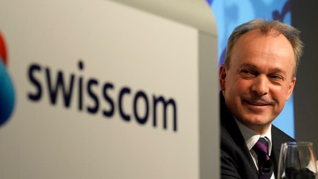 Swisscom-CEO Urs Schaeppi vor Swisscom-Logo