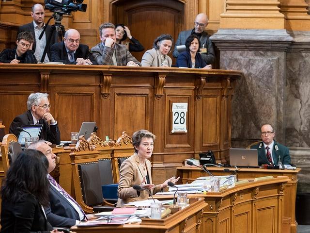 La cussegliera federala Simonetta Sommaruga vul che firmas cun dapli che 50 collavuraturas e collavuraturs ston far ina analisa da paja.