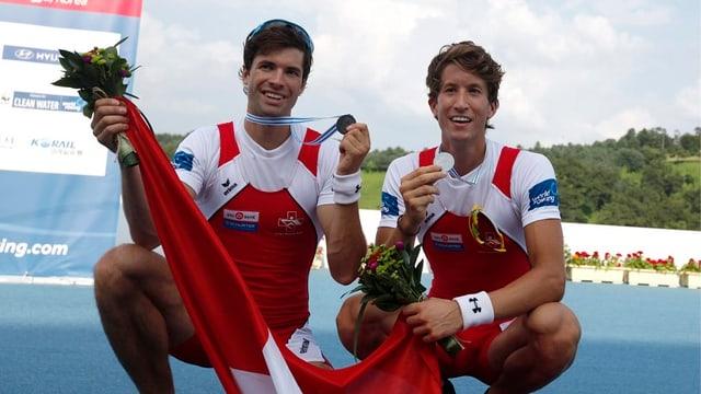Mario Gyr (links) und Simon Schürch präsentieren ihre WM-Silbermedaille.