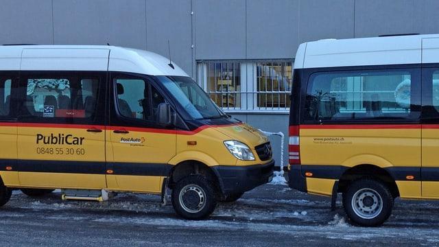Zwei kleinere, gelbe Autobusse für Personentransport