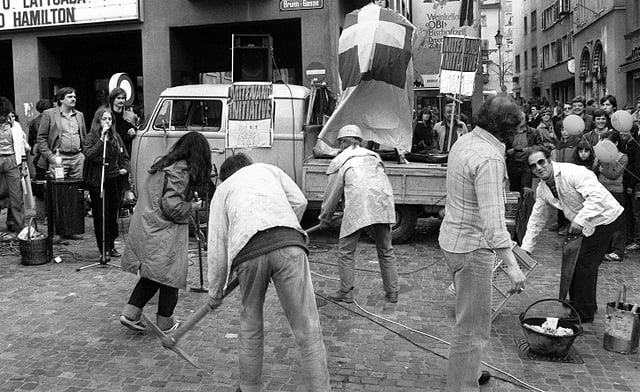 Befürworter der «Mitenand»-Initiative für eine menschliche Ausländerpolitik, am 29. Maerz 1981 im Niederdorf in Zürich mit einem Strassentheater auf die Probleme von Ausländern aufmerksam.