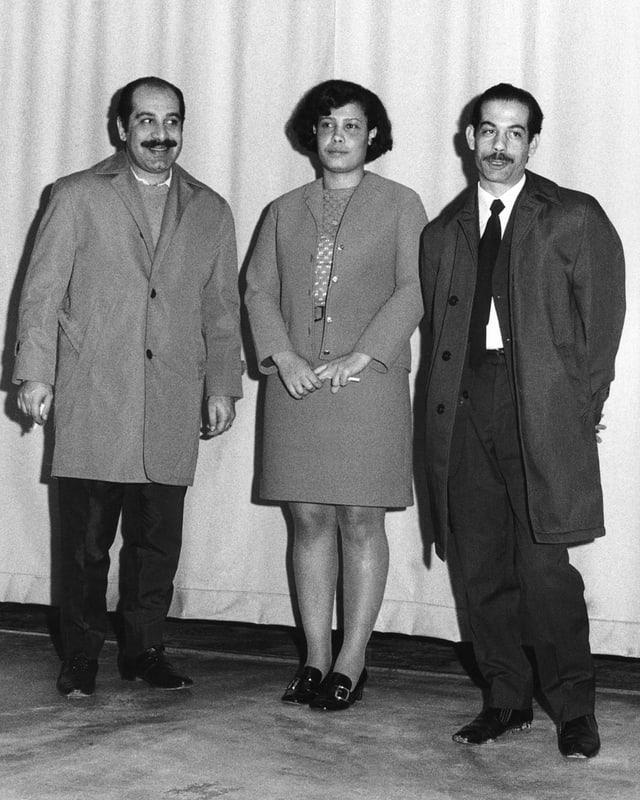 Abu El Helga, Amena Dabhor und Youssef Ibrahim posieren für die Presse.