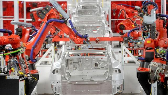 Robotermaschinen in einer Autofabrik.