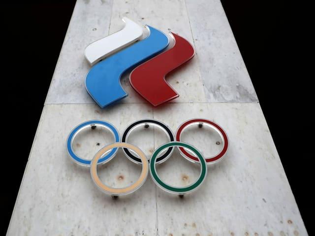 Russland-Fahne und Olympia-Logo.