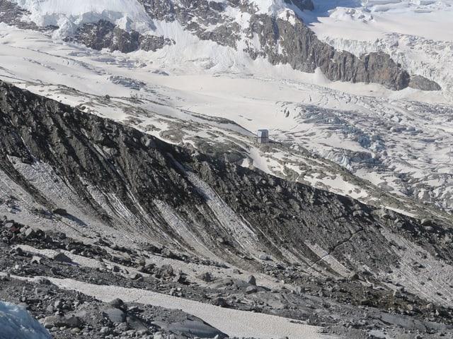 Eine Moräne, im Hintergrund die Monte Rosa Hütte.